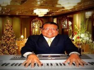 interprete cantante y sus teclados, teclados y voz